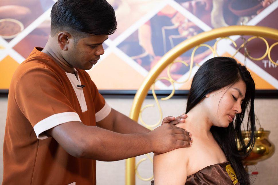 Nhận xoa bóp điều trị đau vai gáy tại nhà ở Sài Gòn